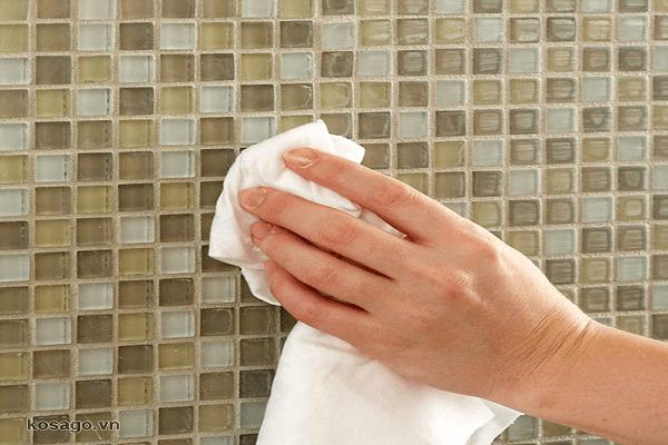 vệ sinh gạch mosaic ốp phòng bếp đẹp
