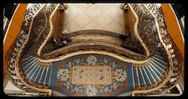 Dòng sông uốn quanh trong lòng kiến trúc được tạo nên từ gạch Mosaic