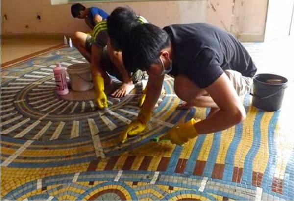 Công việc bóc tách gạch mosaic diễn ra cẩn trọng và tỉ mỉ