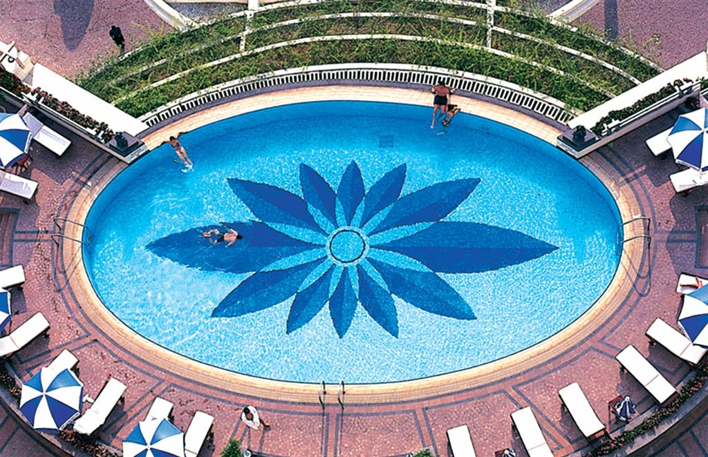 Sử dụng gạch Mosaic ốp lát bể bơi