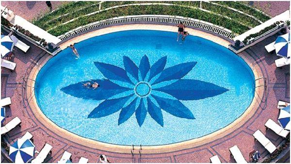 """""""Vẽ tranh"""" tuyệt đẹp dưới đáy hồ bơi bằng gạch thủy tinh Mosaic"""