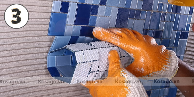 Bước 3: Dán vỉ gạch mosaic BV003 lên tường