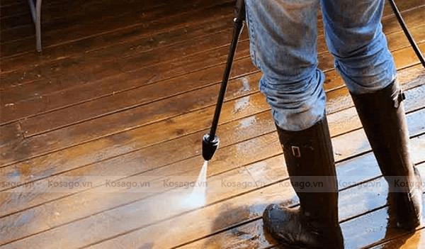 hướng dẫn vệ sinh sàn nhựa giả gỗ ngoài trời