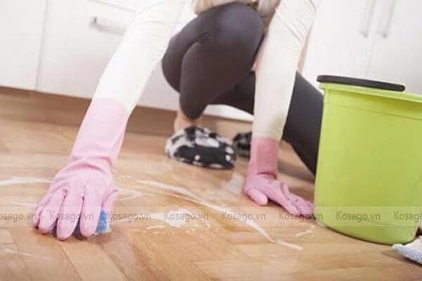 Dùng nước rửa bát tẩy vết băng dính trên sàn