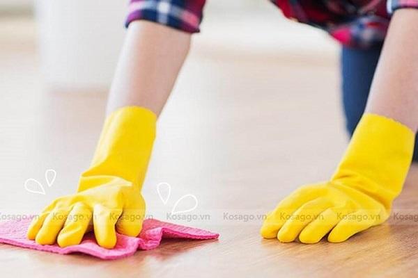 Dùng dấm tẩy sơn dính trên sàn