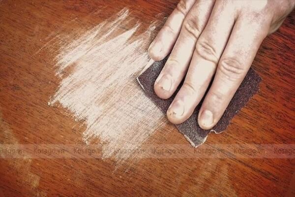cách tẩy vết băng dính trên sàn gỗ