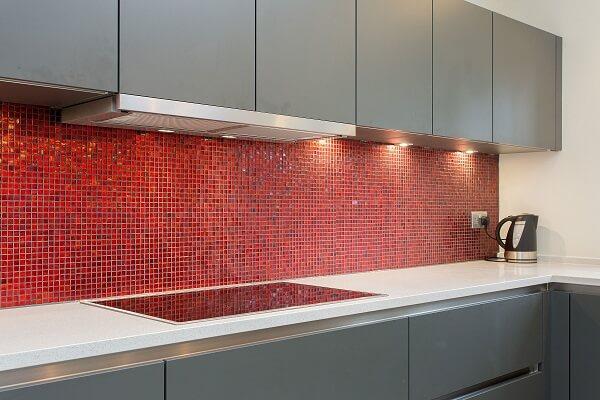 gạch mosaic màu đỏ ốp bếp cho người mệnh hỏa