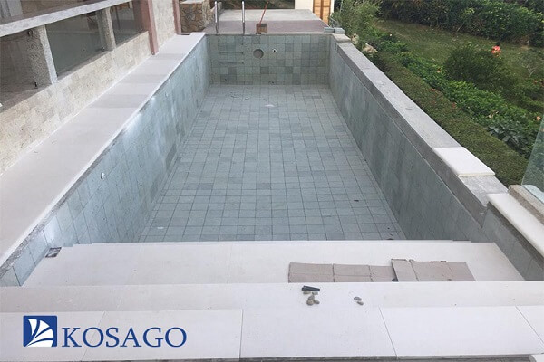 Nên dùng gạch mosaic hay gạch men ốp lát bể bơi (hồ bơi)?