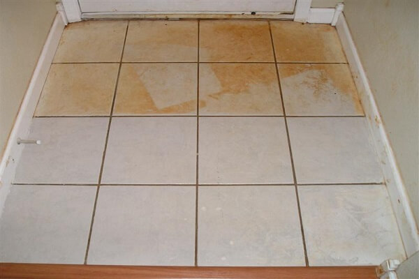 Vết rỉ sét trên gạch sàn nhà