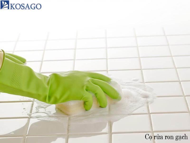 sử dụng chất tẩy rửa ron gạch